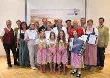 Tourismus-Landesrätin Dr. Petra Bohuslav (6.v.r.) und Prof. Christoph Madl (rechts), Geschäftsführer der Niederösterreich-Werbung, mit den ausgezeichneten Hüttenwirtinnen und –wirten aus dem Mostviertel.