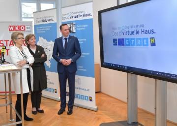 """Das """"Virtuelle Haus der Digitalisierung"""" ist eröffnet. Im Bild von links nach rechts: Landesrätin Petra Bohuslav, NÖ Wirtschaftskammer-Präsidentin Sonja Zwazl und Jochen Danninger, kaufmännischer Geschäftsführer der Wirtschaftsagentur ecoplus"""