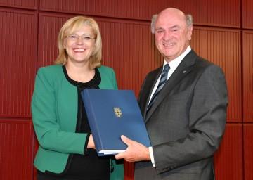 Die EU-Kommissarin für Regionalpolitik Corina Cretu und Landeshauptmann Dr. Erwin Pröll bei der Übergabe der Unterschriften.