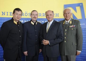 NÖ Sicherheitsgipfel zur EURO 2008: Im Bild Landespolizei-Kommandat Mag. Arthur Reis, NÖ Sicherheitsdirektor Dr. Franz Prucher, LH Dr. Erwin Pröll und Militärkommandant Mag. Johann Culik.