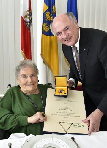 """Landeshauptmann Dr. Erwin Pröll verlieh das \""""Große Goldene Ehrenzeichen für Verdienste um das Bundesland Niederösterreich\"""" an die Schauspielerin Hilde Sochor."""