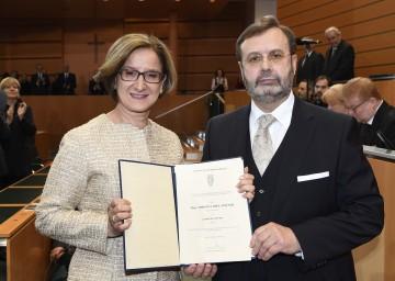 Landtagspräsident Ing. Hans Penz überreichte der neuen Landeshauptfrau Mag. Johanna Mikl-Leitner das Ernennungsdekret zur Landeshauptfrau.