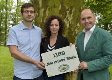 """Mit 13.000 """"Natur im Garten"""" Plaketten ist Niederösterreich Vorreiter im Bereich ökologisches Gärtnern. Andreas Aigelsreiter, Sabine Prankl und Landeshauptmann-Stellvertreter Mag. Wolfgang Sobotka (v.l.n.r.)"""