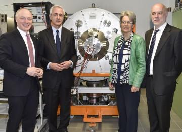 Im Bild von links nach rechts: Dr. Max Kowatsch, Präsident des Vereins zur Förderung der Österreichischen Weltraumindustrie, Landesrätin Dr. Petra Bohuslav, Dr. Norbert Gamsjäger von der Aerospace and Advanced Composites GmbH (AAC)
