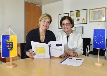 EU-Landesrätin Mag. Barbara Schwarz und die für Finanzen zuständige Landeshauptmann-Stellvertreterin Mag. Johanna Mikl-Leitner präsentieren die Zahlen des aktuellen EU-Förderberichts 2015 für Niederösterreich. (v.l.n.r.)