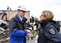 Landeshauptfrau Johanna Mikl-Leitner am Unglücksort mit dem Geschäftsführer der Gas Connect Stefan Wagenhofer.