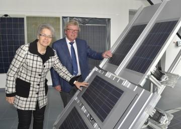 Im Bild von links nach rechts: Wirtschaftslandesrätin Dr. Petra Bohuslav und Geschäftsführer Christian Dries