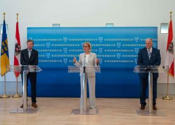Landeshauptfrau Johanna Mikl-Leitner informierte mit ihren Regierungskollegen Landesrat Gottfried Waldhäusl (links) und LH-Stellvertreter Franz Schnabl (rechts) zur neuen Landesstrategie 2030.