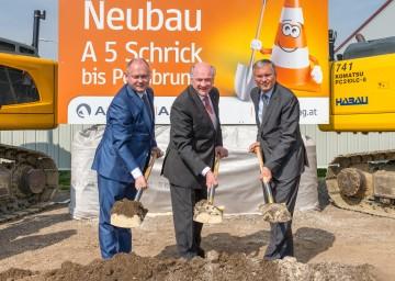 Im Bild von links nach rechts: Der südmährische Kreishauptmann Dr. Michal Hasek, Landeshauptmann Dr. Erwin Pröll, Verkehrsminister Alois Stöger
