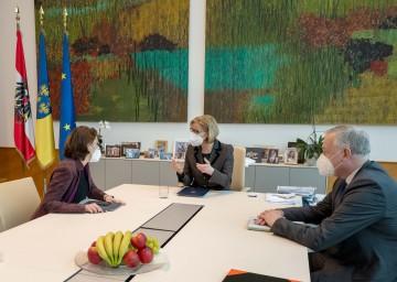 Europaministerin Karoline Edtstadler, Landeshauptfrau Johanna Mikl-Leitner und EU-Landesrat Martin Eichtinger