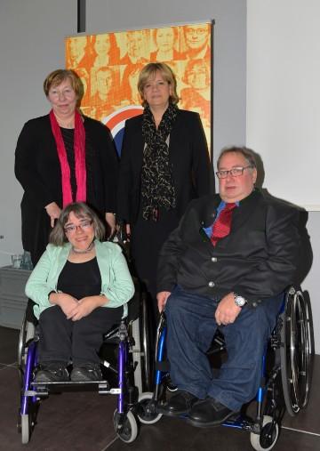 Dr. Christine Rosenbach, Vorsitzende des NÖ Monitoringausschusses, und Sozial-Landesrätin Mag. Barbara Schwarz (beide hinten) mit den beiden Mitgliedern des NÖ Monitoringausschusses Sandra Hermann  und Josef Schoisengeyer. (v.l.n.r.)