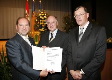Wechsel an der Spitze der BH Neunkirchen: Landeshauptmann Dr. Erwin Pröll mit dem neuen Bezirkshauptmann Dr. Heinz Zimper (links im Bild) und seinem Vorgänger Dr. Karl Hallbauer