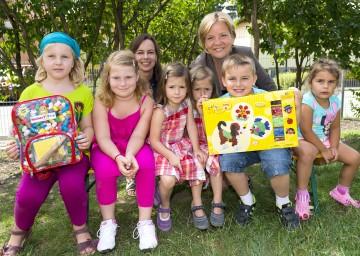 Bildungsministerin MMag. Dr. Sophie Karmasin und Bildungs-Landesrätin Mag. Barbara Schwarz mit den Kindern des Kindergartens St. Koloman in Stockerau. (v.l.n.r.)