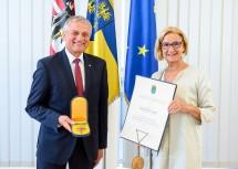 """Johann Lampeitl wurde von Landeshauptfrau Johanna Mikl-Leitner mit dem """"Goldenen Komturkreuz des Ehrenzeichens für Verdienste um das Bundesland Niederösterreich"""" ausgezeichnet."""