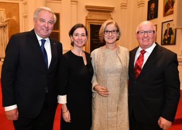 Landeshauptfrau Johanna Mikl-Leitner mit dem steirischen Landeshauptmann Hermann Schützenhöfer, der neuen Institutsleiterin Barbara Stelzl-Marx und dem Jubilar Stefan Karner.