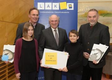Mag. Michael Urban (NÖ Landesakademie), Landeshauptmann Dr. Erwin Pröll, Geschäftsführer Dr. Christian Milota (NÖ Landesakademie), Laetitia und Clemens.