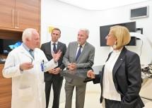 Prof. Dr. Eugen B. Hug, Landesrat Jochen Danninger, Aufsichtsratsvorsitzender und Bürgermeister Klaus Schneeberger und Landeshauptfrau Johanna Mikl-Leitner in einem Behandlungsraum des MedAustron