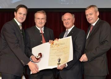 Ehrenring des österreichischen Weinbauverbandes für Josef Pleil (2. v. l.), überreicht durch Landeshauptmann Dr. Erwin Pröll (3. v. l.), NR Johannes Schmuckenschlager (1. v. l.) und dem Direktor des Weinbauverbandes DI Josef Glatt (4. v. l.).