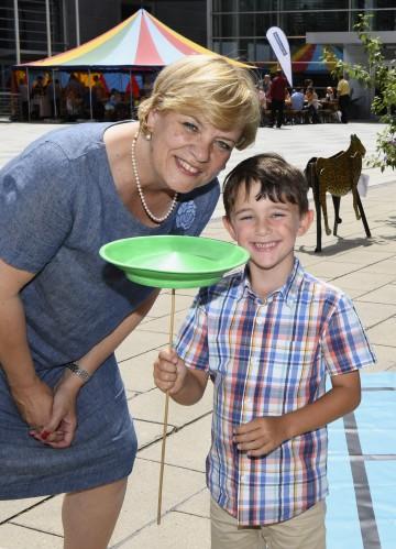 Landesrätin Barbara Schwarz freut sich mit den Kindern über ein großes Angebot an Ferienprogrammen in Niederösterreich.