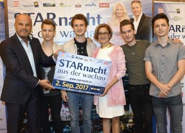 Freuen sich auf die 6. Starnacht aus der Wachau: Martin Ramusch (links), Gesellschafter der ip media marketing GmbH, und Landeshauptfrau Johanna Mikl-Leitner (3.v.r.) mit den Burschen der Band Tagtraeumer
