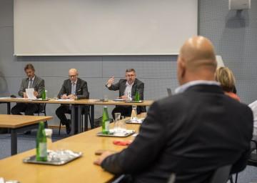 Gemeinsam mit VOR-Geschäftsführer Wolfgang Schroll und Landesverkehrsplaner Werner Pracherstorfer beriet Landesrat Ludwig Schleritzko die weitere Vorgehensweise mit GemeindevertreterInnen aus dem Wiener Umland.