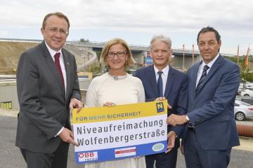 Landeshauptfrau Johanna Mikl-Leitner freute sich mit Bürgermeister Matthias Stadler (ganz links), Franz Bauer von den ÖBB und Straßenbaudirektor Josef Decker (ganz rechts) über die Fertigstellung des Brückenobjektes
