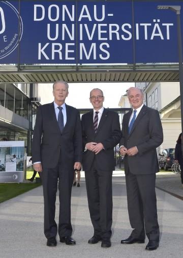 Vizekanzler und Wissenschaftsminister Dr. Reinhold Mitterlehner, Rektor Mag. Friedrich Faulhammer und Landeshauptmann Dr. Erwin Pröll freuen sich über 20 Jahre Donau-Universität Krems. (v.l.n.r.)