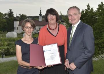 Arche Noah Saatgutgewinnung wird UNESCO Kulturerbe: DI Marion Schwarz (Arche Noah),  Präsidentin Dr. Eva Nowotny und Landesrat Dr. Stephan Pernkopf (v.l.n.r.)