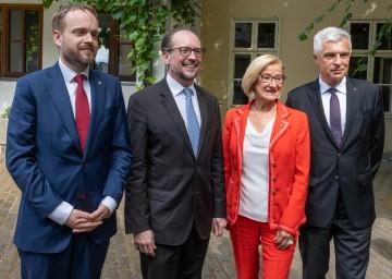 Von links nach rechts: Der tschechische Außenminister Jakub Kulhanek, der österreichische Außenminister Alexander Schallenberg, Landeshauptfrau Johanna Mikl-Leitner und der Außenminister der Slowakei, Ivan Korcok.