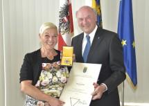 """Landeshauptmann Dr. Erwin Pröll überreichte der Entertainerin Martha Butbul alias """"Jazz Gitti"""" das """"Große Ehrenzeichen für Verdienste um das Bundesland Niederösterreich""""."""