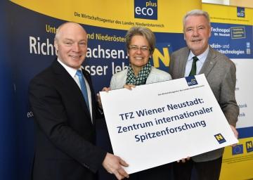Im Bild von links nach rechts: ecoplus-Geschäftsführer Mag. Helmut Miernicki, Wirtschafts- und Technologielandesrätin Dr. Petra Bohuslav und ecoplus-Aufsichtsratsvorsitzender Mag. Klaus Schneeberger
