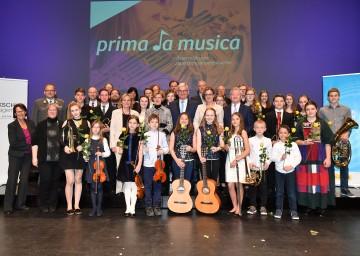 Die Ehrengäste mit Landeshauptfrau Johanna Mikl-Leitner an der Spitze mit den jungen Künstlerinnen und Künstlern des Landespreisträgerkonzertes. <br />