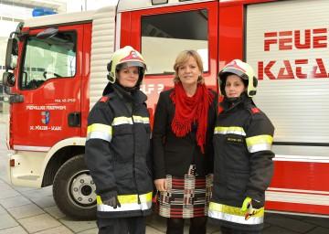 Frauen-Landesrätin Mag. Barbara Schwarz mit Anna Goll (links) und Carina Brunnbauer (rechts) von der Freiwilligen Feuerwehr St. Pölten-Viehofen.
