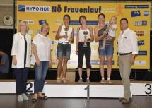 Barbara Baumgartner (Hypo NÖ), Landesrätin Barbara Schwarz und Martin Gabler (Niederösterreichische Versicherung) mit den Siegerinnen des 9,8 km-Laufes: Silvia Ehm (2. Platz, St. Veit/Gölsen), Birgit Huemer (1. Platz, Obergrafendorf) und Diana Judik (3. Platz, Wieselburg)