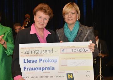 LR Mag. Barbara Schwarz (re.) konnte den diesjährigen Liese Prokop-Frauenpreis an die bekannte Ärztin Dr. Maria Hengstberger überreichen.