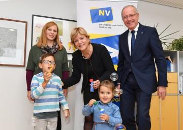 Im Bild von links nach rechts: Martina Scharner (Tagesmutter aus Spratzern), Landesrätin Mag. Barbara Schwarz, Christian Kreuzer (Niederösterreichische Versicherung) mit den Kindern Jaron und Alina.
