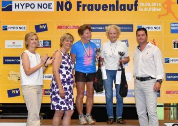In der Gruppe über 80 Jahre sicherte sich Johanna Stangl (83 Jahre) den ersten Platz und Laura Seyfried (82 Jahre) den zweiten Platz (v.l.n.r.), Landesrätin Barbara Schwarz, Martin Gabler (Niederösterreichische Versicherung), Barbara Baumgartner (Hypo NÖ) gratulierten.