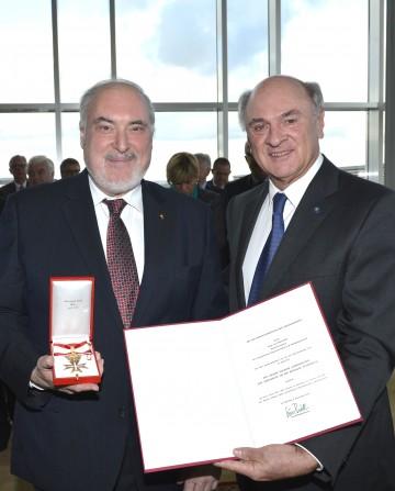 Landeshauptmann Dr. Erwin Pröll überreichte hohes Ehrenzeichen der Republik an Superintendent Mag. Paul Weiland.