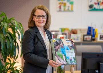 Familien-Landesrätin Christiane Teschl-Hofmeister freut sich über das wichtige Nachschlagewerk für die Arbeit der Freizeitpädagoginnen und Freizeitpädagogen