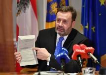 Landtagspräsident Ing. Hans Penz appelliert, darauf zu achten, dass die Rückseite der Wahlkarte von der Gemeinde ausgefüllt wird und insbesondere die Unterschrift von Bürgermeister bzw. Bürgermeisterin und des Wahlberechtigten bzw. der Wahlberechtigten vorhanden sind - ansonsten ist die Stimme ungültig!