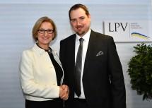 Landeshauptfrau Johanna Mikl-Leitner gratulierte dem neuen LPV-Obmann Hans Zöhling. (v.l.n.r.)