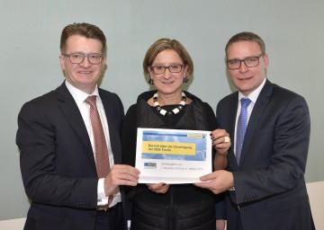 Landeshauptmannstellvertreterin Mag. Johanna Mikl-Leitner, flankiert von den FIBEG-Geschäftsführern Mag. Robert Piller und Mag. Johannes Kern (von links nach rechts), präsentierte die Jahresbilanz des NÖ Generationenfonds.