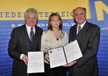 Landeshauptmann Dr. Erwin Pröll, Bundesministerin Doris Bures und Landeshauptmannstellvertreter Ernest Gabmann (v.r.n.l.) bei der Präsentation des Infrastruktur-Konjunkturpakets.