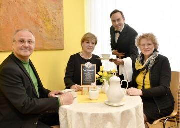 Senioren-Landesrätin Barbara Schwarz (2.v.l.) freut sich auf einen gleichermaßen unterhaltsamen wie informativen Nachmittag mit Seniorinnen und Senioren beim Café Vierviertel.