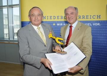 Landeshauptmann Dr. Erwin Pröll und Dkfm. Hans-Peter Halouska, Generalsekretär des ÖAMTC, unterzeichneten heute den Vertrag zur Weiterführung der ÖAMTC-Notarzthubschrauber in Niederösterreich.