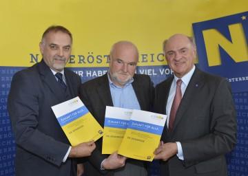 Präsentierten die Ergebnisse der Bürgerbeteiligungsaktion: Landesakademie-Geschäftsführer Dr. Christian Milota, Meinungsforscher Dr. Peter Ulram, Landeshauptmann Dr. Erwin Pröll (v. l. n. r.).