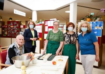 Sozial-Landesrätin Christiane Teschl-Hofmeister (2. von links) mit ehrenamtlichen Mitarbeiterinnen und einem Bewohner des Pflege- und Betreuungszentrums Ybbs