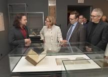 Beim Ausstellungsrundgang: Landeshauptfrau Johanna Mikl-Leitner mit Kurator Dominik Heher (l.), Kurator Falko Daim (2. v. r.) und Kurt Farasin (1. v. r.).