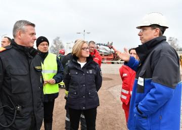 Landesfeuerwehrkommandant Dietmar Fahrafellner, Bezirkshauptmann Martin Steinhauser, Landeshauptfrau Johanna Mikl-Leitner und Gas Connect Geschäftsführer Stefan Wagenhofer.