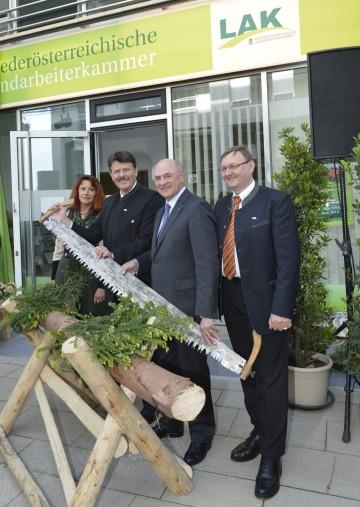 Landeshauptmann Dr. Erwin Pröll und Ing. Andreas Freistetter, Präsident der NÖ Landarbeiterkammer, bei der Eröffnung des neuen Service Centers in St. Pölten.